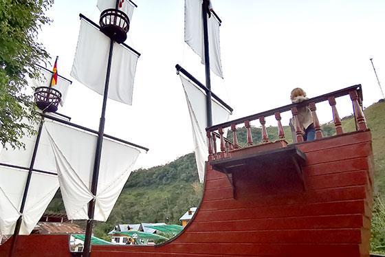 Schiff auf dem Dorfplatz