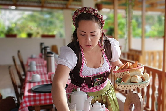 Tiroler Tracht im Urwald